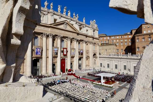 Pope at canonization Mass: God never stops inviting us to the heavenly banquet